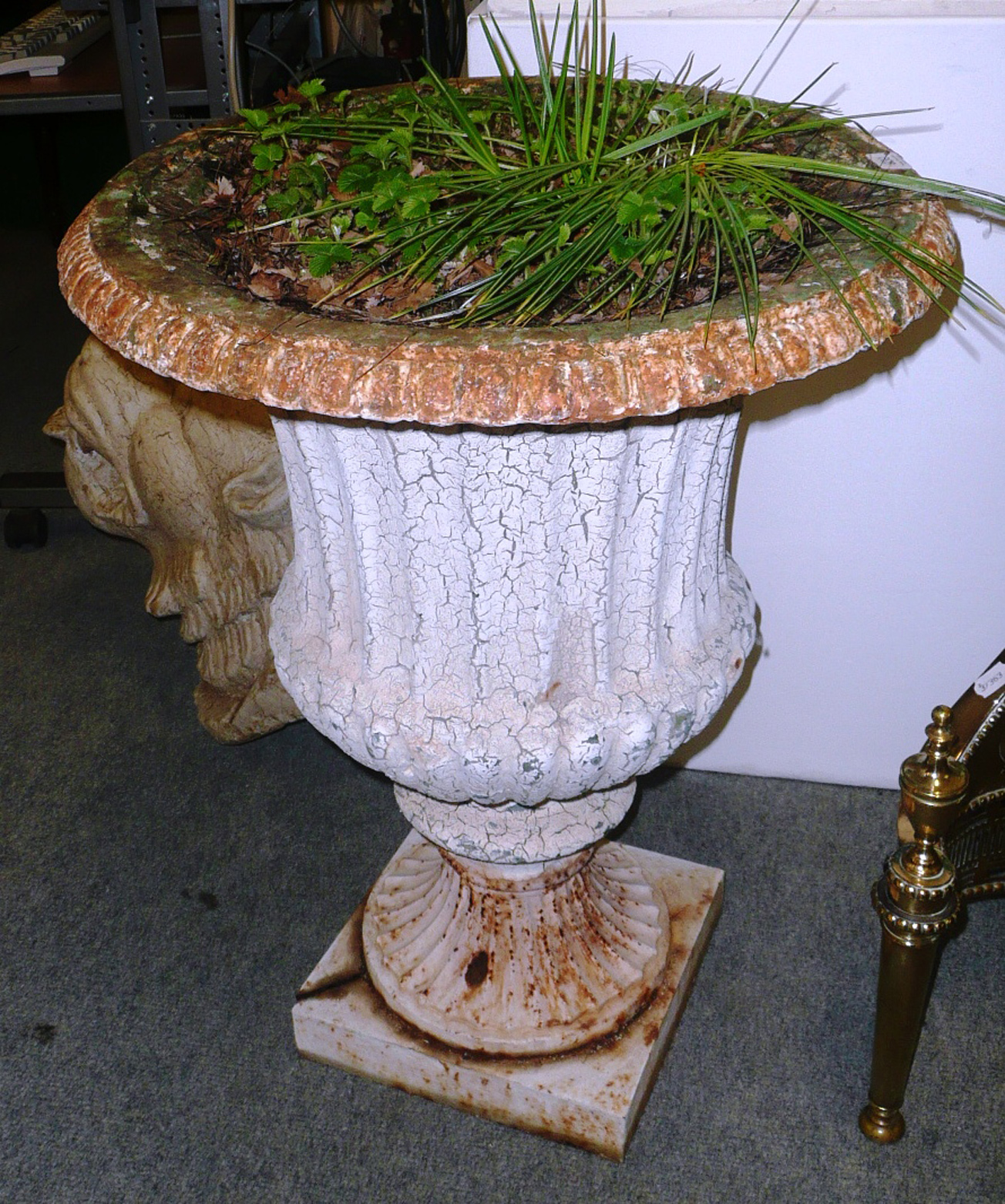 Tennants Auctioneers: Cast iron garden urn